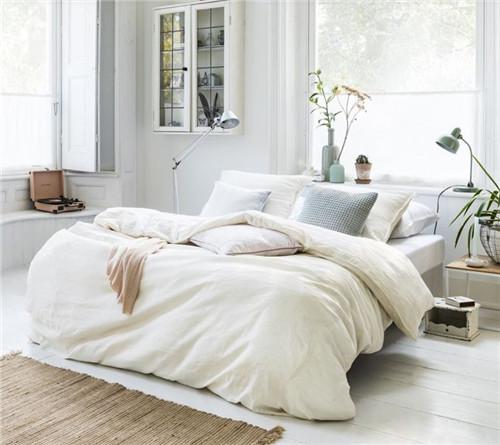 床头不可紧贴窗口